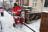 royal-mail-postman-delivers-mail-in-snow