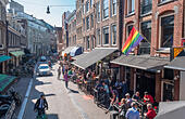Amsterdam Reguliersdwars Reguliersdwarsstraat outdoor bars rainbow flag in the traditional heart of the gay LGBT - Stock Image