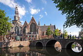 Amsterdam De Oude Kerk, The Old Church with Oudekerksbrug (Old Church Bridge) and Oudezijds Voorburgwal Canal. - Stock Image