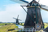 Dutch Windmills in Green Heart of Holland: Molenviergang Aarlanderveen. 3 of the flight of 4 wind mills keeping - Stock Image