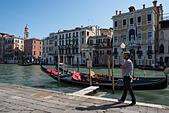 gondola-venice-on-the-canal-with-gondoli